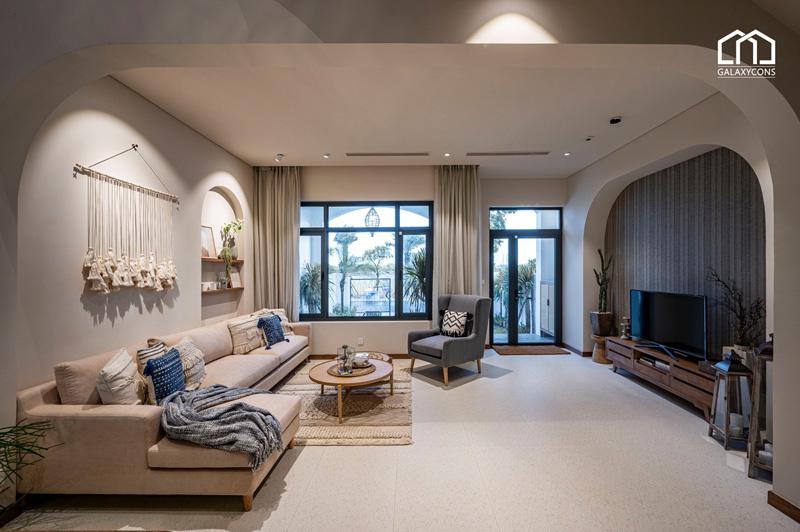 Tầng 1 với không gian phòng khách, bàn ăn và bếp