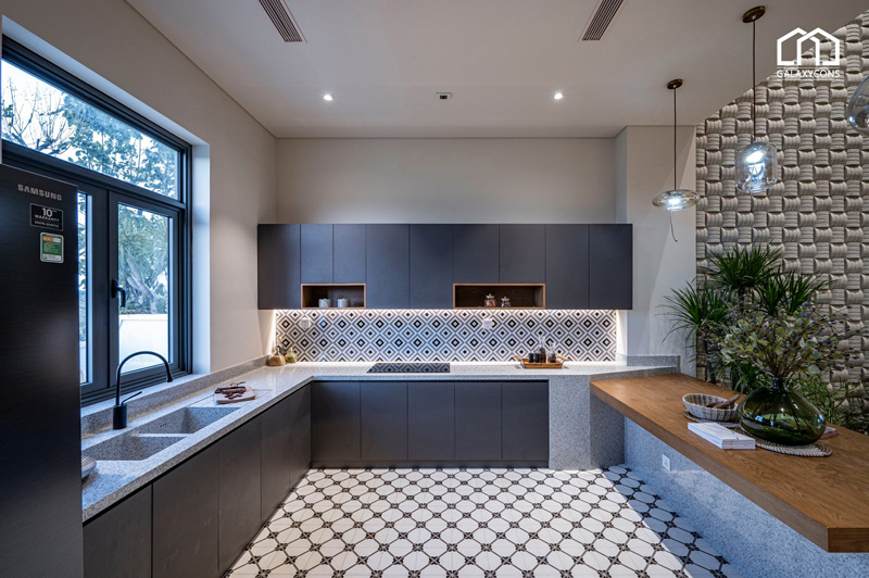 Bếp nấu ăn được thiết kế bằng những vật liệu gỗ mộc mạc và đá tự nhiên