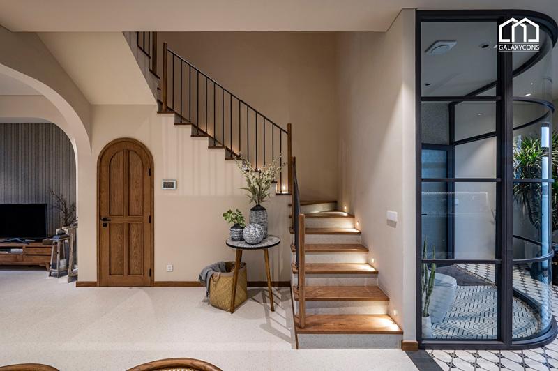 Chiếc cầu thang được thiết kế từ gỗ mộc mạc, tự nhiên
