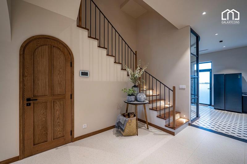 Chiếc cầu thang được thiết kế từ các vật liệu tự nhiên