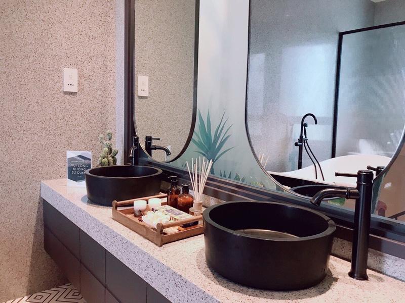 Bồn rửa tay bằng đá bazan tự nhiên, vòi gắn lavabo, sen cây đặt sàn cho bồn tắm, sen cây tắm đứng,... bằng đồng thau mỹ thuật