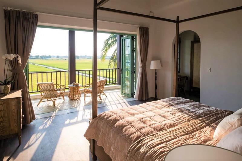 Không gian phòng ngủ mộc mạc với màu sắc của đồ dùng nội thất bằng gỗ