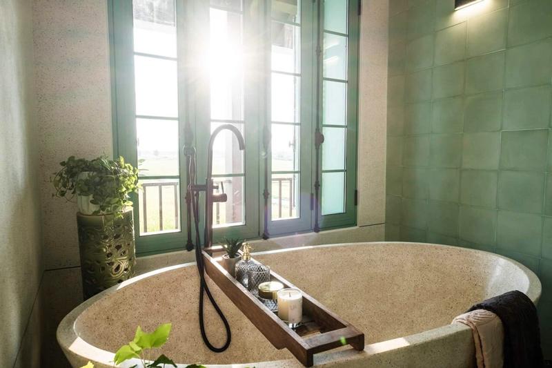 Sen cây đặt sàn cho bồn tắm GCS06B có màu đen ánh xước kim loại độc đáo