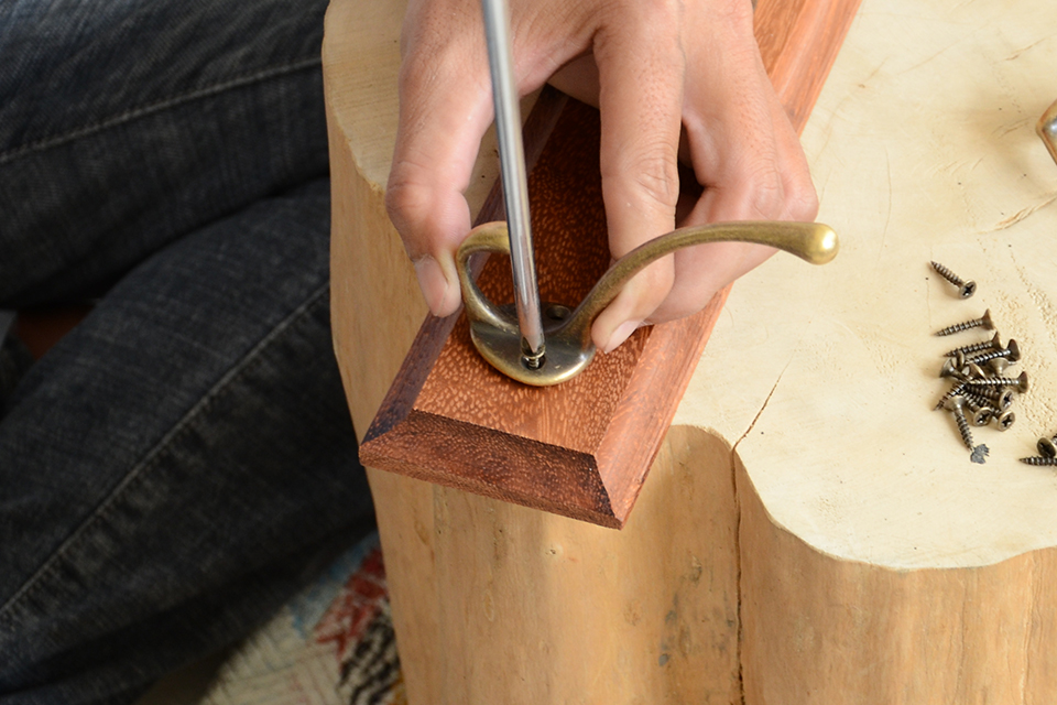 Bắt vít móc treo vào thanh gỗ
