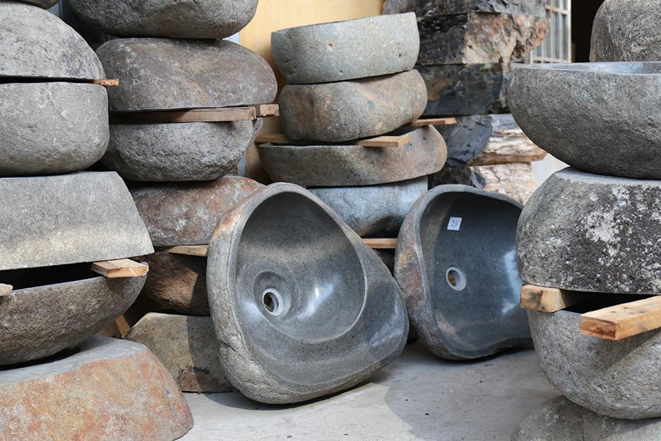 Chậu đá cuộicó nhiều kích thước, hình dạng, vết rạn khác nhau