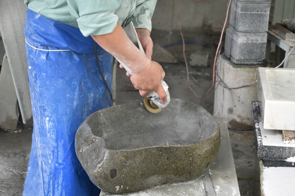 Hoàn thiện chậu rửa đòi hỏi người thợ đá phải có kinh nghiệm, tay nghề cao