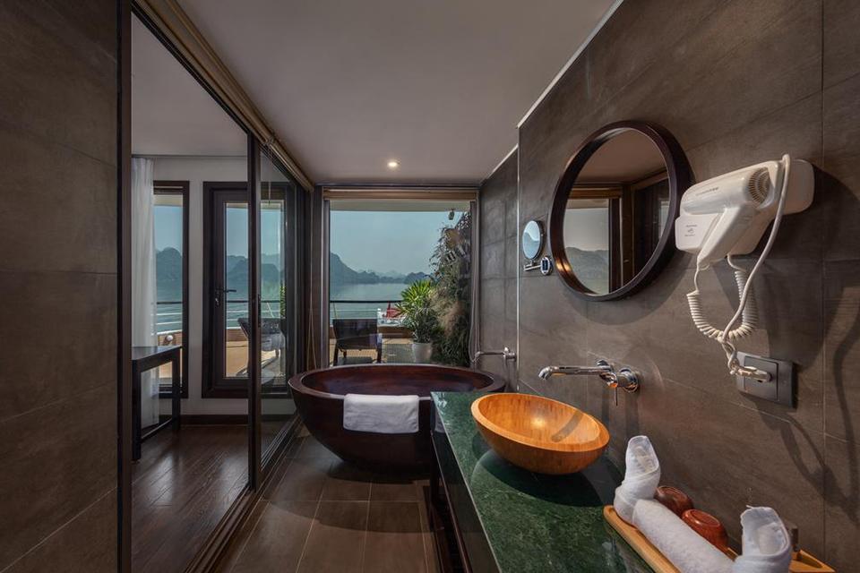 Phòng tắm du thuyền Scarlet Pearl Cruises với đầy đủ trang thiết bị