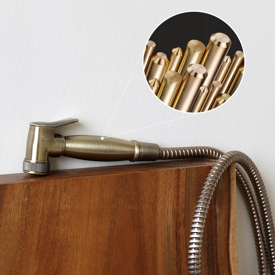 Vòi xịt bồn cầu được hoàn thiện bằng chất liệu đồng thau đúc