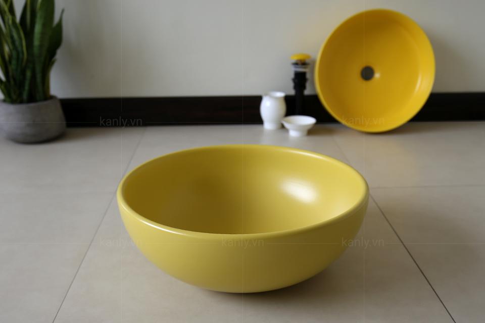 Chậu sứ vàng tròn với thiết kế tròn đều không góc cạnh tạo nên sự tối giản thanh thoát