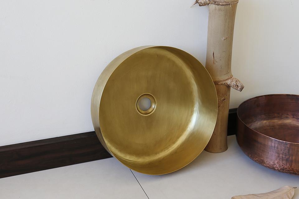 Thiết kế thủ công của chiếc chậu rửa mặt bằng đồng thau RSC401V