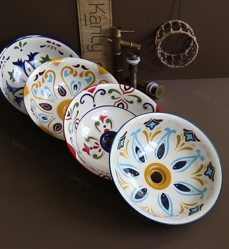 Lavabo sứ hoa văn SU403 phù hợp lắp đặt cùng các thiết bị vệ sinh bằng đồng giả cổ