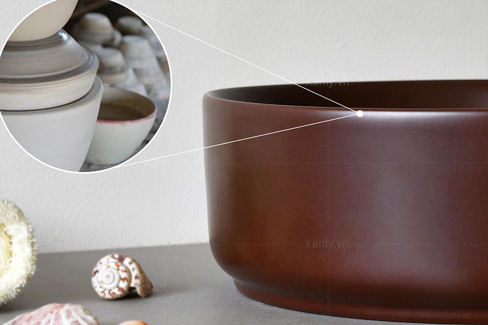 Lavabo sứ màu nâu đất được làm từ vật liệu đất sét