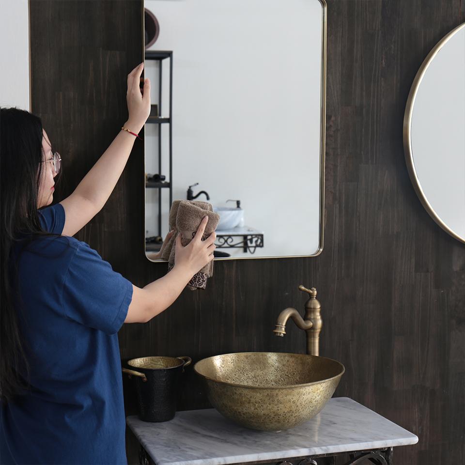 Vệ sinh mặt kính gương soi hoặc các vật dụng có vật liệu thủy tinh