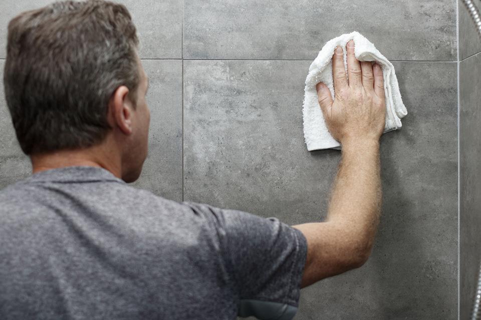 Lau chùi vệ sinh sạch sẽ vách tường phòng tắm