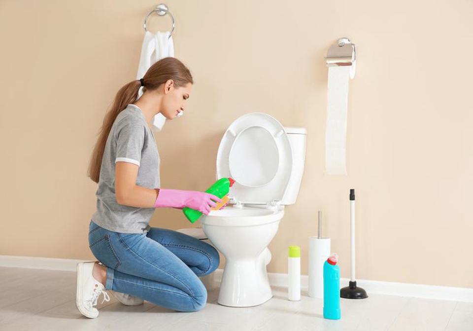 Phụ nữ lau dọn bồn vệ sinh