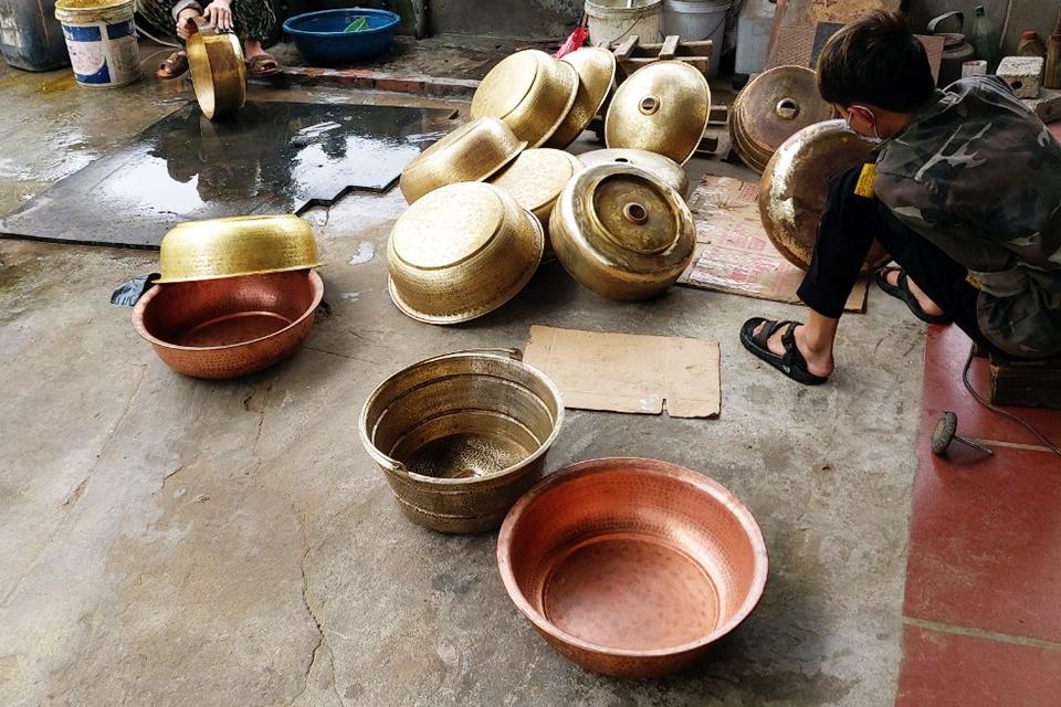 Xưởng làng nghề truyền thống sản xuất chậu rửa mặt bằng đồng thau
