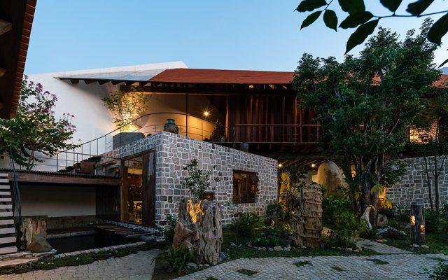 Kiến trúc thiết kế hoàn thiện phần lớn từ vật liệu tự nhiên và kết hợp nhẹ nhàng, hài hòa với lavabo đá cuội cùngcác thiết bị vòi nước bằng đồng thau