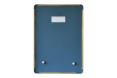 Mặt sau của chiếc gương nhà tắm có khung bằng đồng